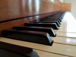 Lerne die Klaviatur zu spielen